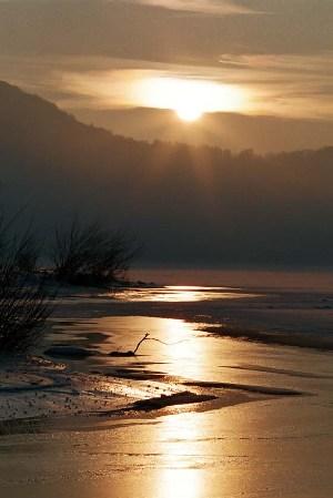 západ slnka nad zamrznutou priehradou 1x